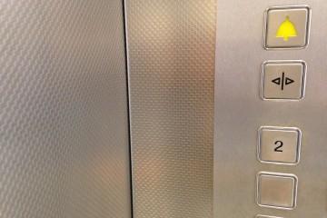 Detailaufnahme von Tür und Bedienelement im Inneren eines Fahrstuhls.