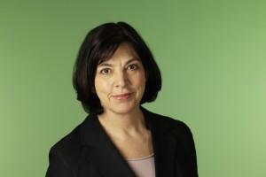 Die Europaabgeordnete Rebecca Harms vor einem grünen Hintergrund