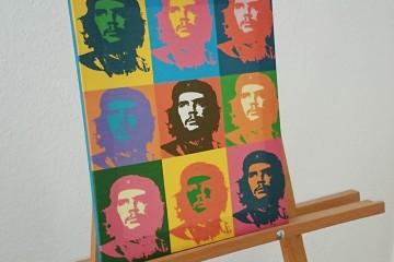 Staffelei mit bunten Pop-Art-Bildern von Che Guevara.