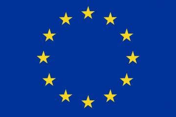 Die offizielle Flagge der europäischen Union mit im Kreis angeordneten gelben Sternen auf dunkelblauem Grund