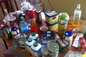 Großeinkauf: Verschiedenste Produkte aus dem Lebensmittelbereich stehen auf einem Tisch.
