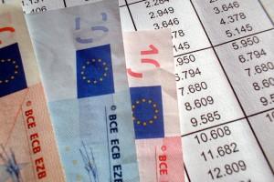 Mehrere Euro-Scheine liegen auf einem Blatt mit einer Kalkulation.
