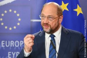 Bild des Präsidenten des Europäischen Parlamentes, Martin Schulz, vor EU-Flaggen.
