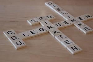 Mit Scrabble-Buchstaben gelegte Namen der großen deutschen Parteien.