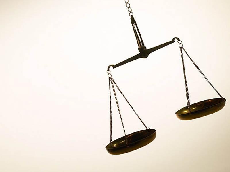 Bild einer messingfarbenen Justitia-Waage.