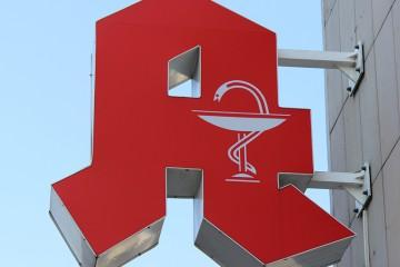 """Das typische """"A"""" von deutschen Apotheken, als Werbeschild an einer Hausfassade."""