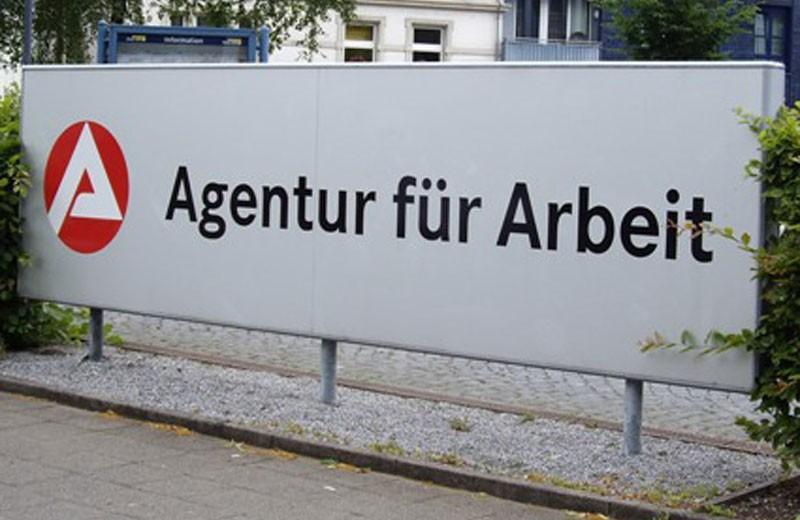 """Eingansschild der """"Agentur für Arbeit""""."""