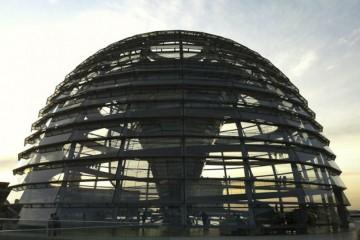 Außenaufnahme der Kuppel am Bundestag in Berlin.