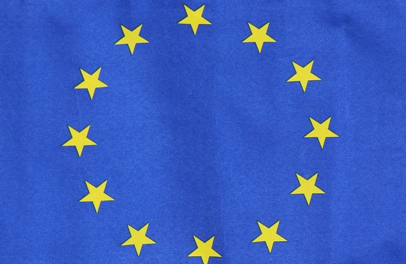 Nahaufnahme des Sternenkreises auf einer EU-Flagge.