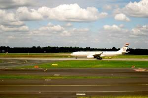 Flugzeug im Landeanflug kurz vor dem Aufsetzen auf die Landebahn.