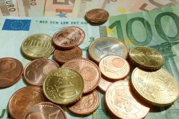 Nahaufnahme verschiedener Euro-Gelscheine und -Münzen.