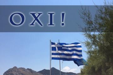 """Griechische Flagge weht im Wind vor blauem Himmel, Hügeln und grünen Sträuchern, über dem Bild liegt der Schriftzuf """"OXI!"""""""