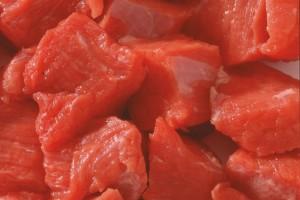 Nahaufnahme von rohen Fleischstücken.