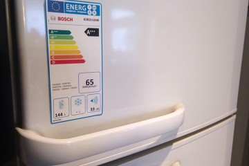 Bild einer Kühl-/Gefrierkombination, auf dem das neue EU-Label zur Energieeffizienz des Gerätes aufgeklebt ist.