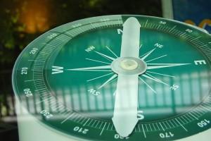 Detailaufnahme eines grünen Kompass.