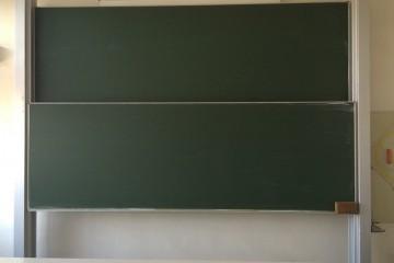 Bild einer großen grünen, noch nicht beschrifteten Schultafel.