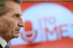 """Profilaufnahme von Günther Oettinger vor dem Logo der Talksendung """"U Talking to Me?"""""""