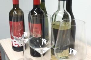 Detailaufnahmer einiger Flaschen Wein und Weingläser.