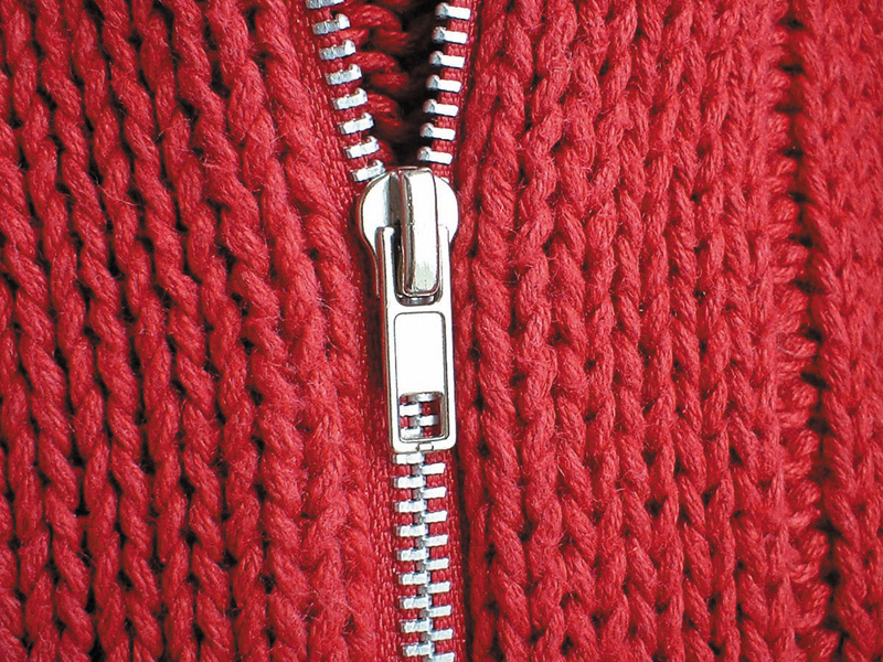 roter Wollpullover mit Reißverschluss