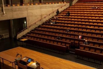 Hörsaal einer Uni mit ganz viel Sitzplätzen