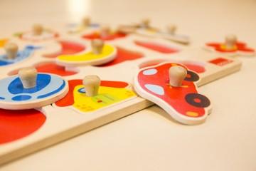 Nahaufnahme eines bunten Steckpuzzles aus Holz für Kleinkinder.