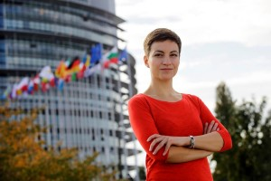 Die Europaavgeordnete Ska Keller mit verschränkten Armen vor dem Europäischen Parlament