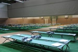 Feldbetten in mehreren Reihen in einer Halle