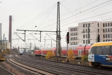 Mehre Züge vor einem weissen Gebäude