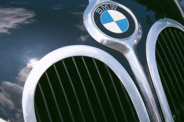 Nahaufnahme eines Kühlergrills mit BMW-Plakette