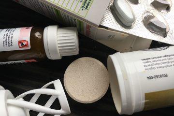 Nahaufnahme von verschiedenen Nahrungsergänzungsmitteln als Pillen, Tropfen und Brausetabletten.