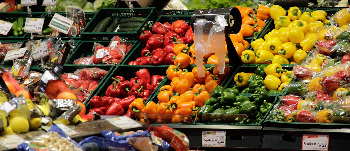 Bunt bestücktes Obst- und Gemüseregal in einem Supermarkt
