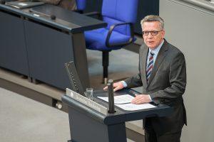 Thomas de Maiziere am Rednerpult im deutschen Bundestag
