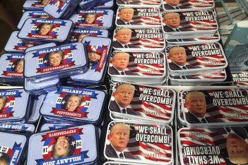 Nahaufnahme von mehreren Stapeln Wahlkampfflyern mit den Portraits von Hillary Clinton und Donald J. Trump.