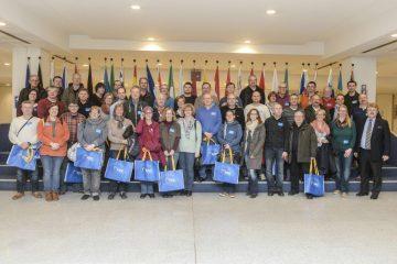 Gruppenbild mit den Mitgliedern des Bielefelder Gehörlosen-Sport-Clubs und dem Abgeordneten Elmar Brok im Europa-Parlament in Brüssel