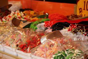 Detailaufnahme verschiedener Fruchtgummisorten eines großen Verkaufsstandes für Süßigkeiten.