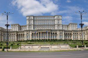"""Panoramabild des rumänischen Parlamentsgebäudes, dem """"Palast des Volkes"""" in Bukarest."""